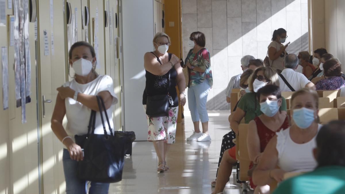 Personas vacunadas este sábado en el centro de salud Castilla del Pino, donde han recibido la segunda dosis de AstraZeneca.