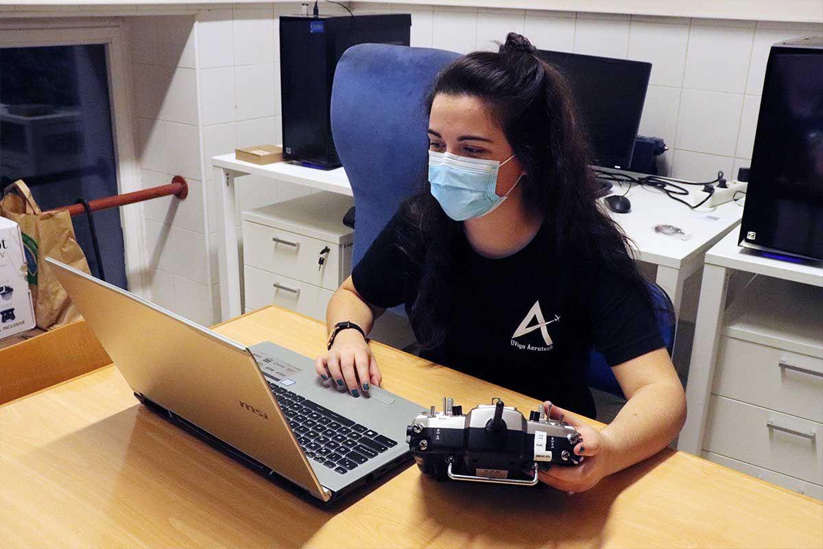 Miembro trabajando con la emisora de la aeronave