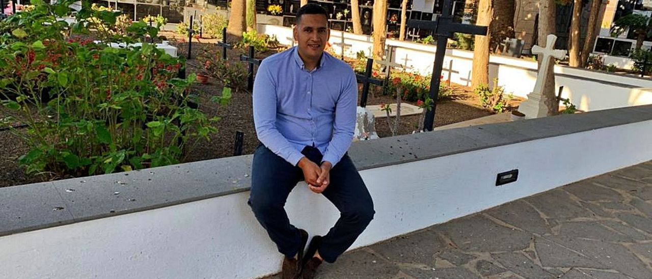 Mohamed Amjahdi sentado en una zona del interior del cementerio de Antigua. | | LP/DLP