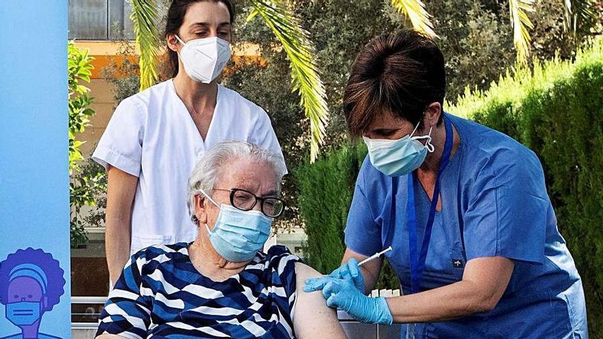 Salut comença a vacunar amb tercera dosi al geriàtric on va posar la primera