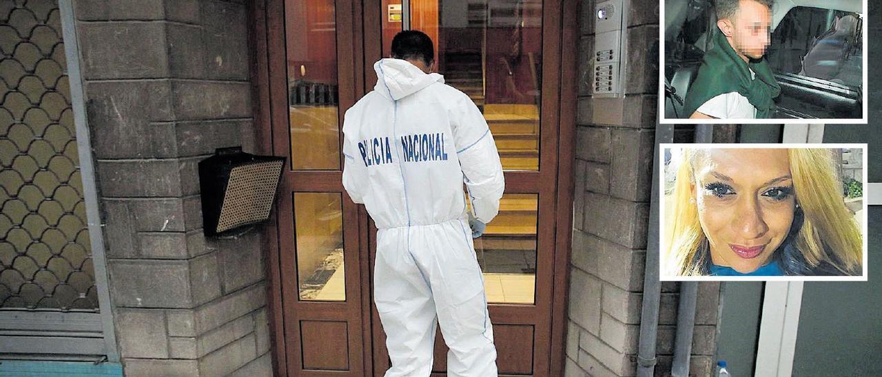 Un agente de la Policía Nacional, en el portal del edificio en el que se perpetró el crimen.
