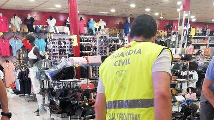 La Guàrdia Civil intervé més de 2.200 articles falsificats a la Jonquera