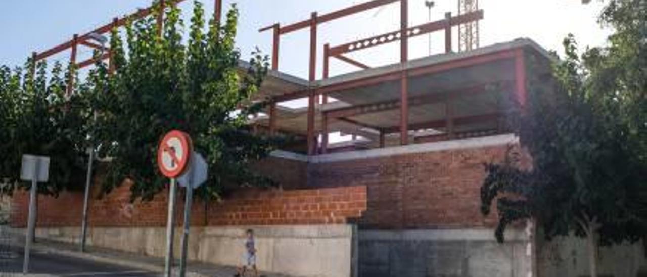 El bloque de pisos de Aspe tras ocho años de abandono.