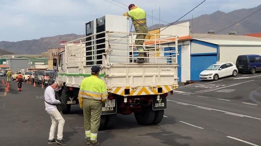 Retirada de enseres en el barrio de La Laguna ante el avance de la colada del volcán de La Palma