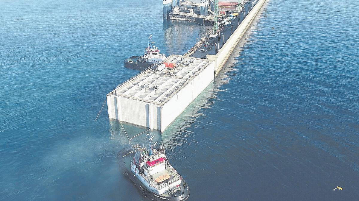Trabajos de colocación del primer cajón de la ampliación del muelle Reina Sofía en el Puerto de La Luz.
