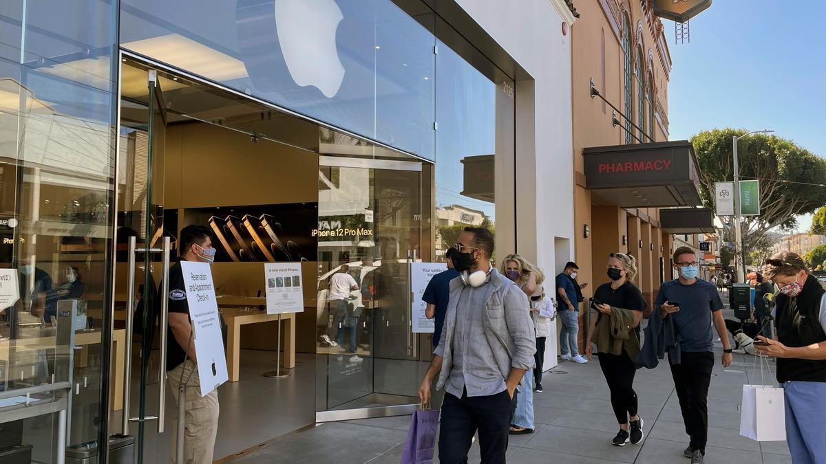 Clientes a las puertas de una tienda Apple