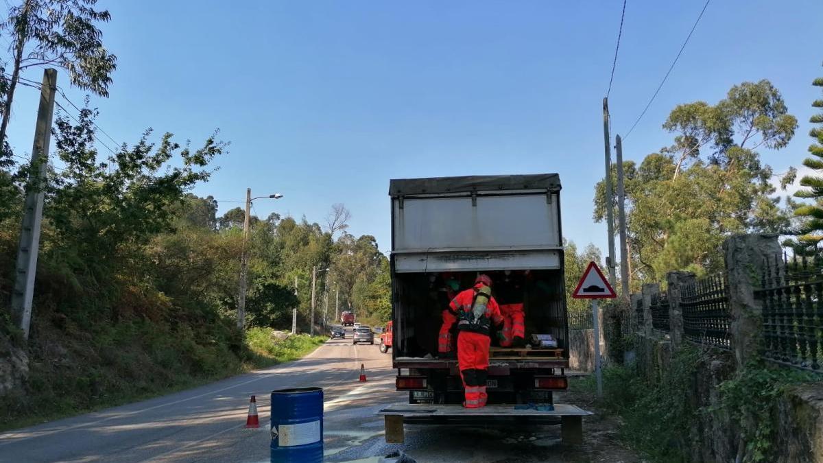 Labores de limpieza del vertido en la carretera.// S.Á.