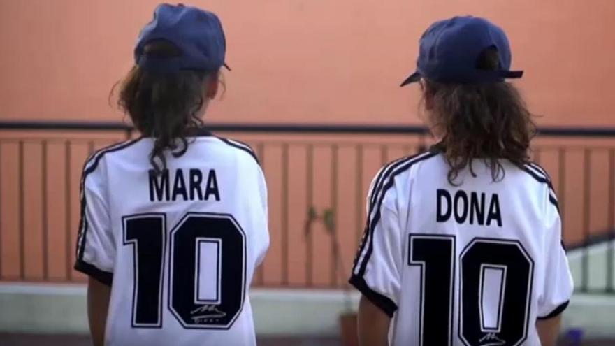 Mara y Dona, las hermanas gemelas cuyos nombres homenajean al 'Pelusa'