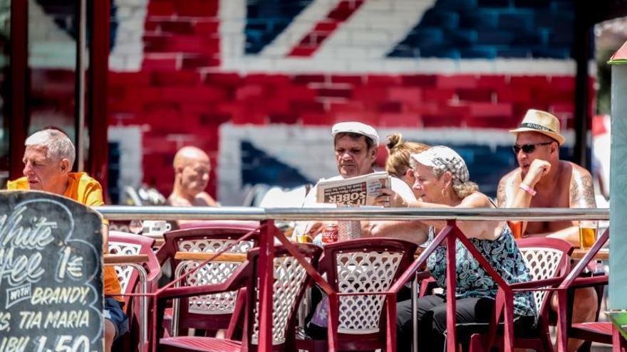 La Generalitat vacunará a todos los residentes británicos en Alicante aunque no estén dados de alta en la Seguridad Social