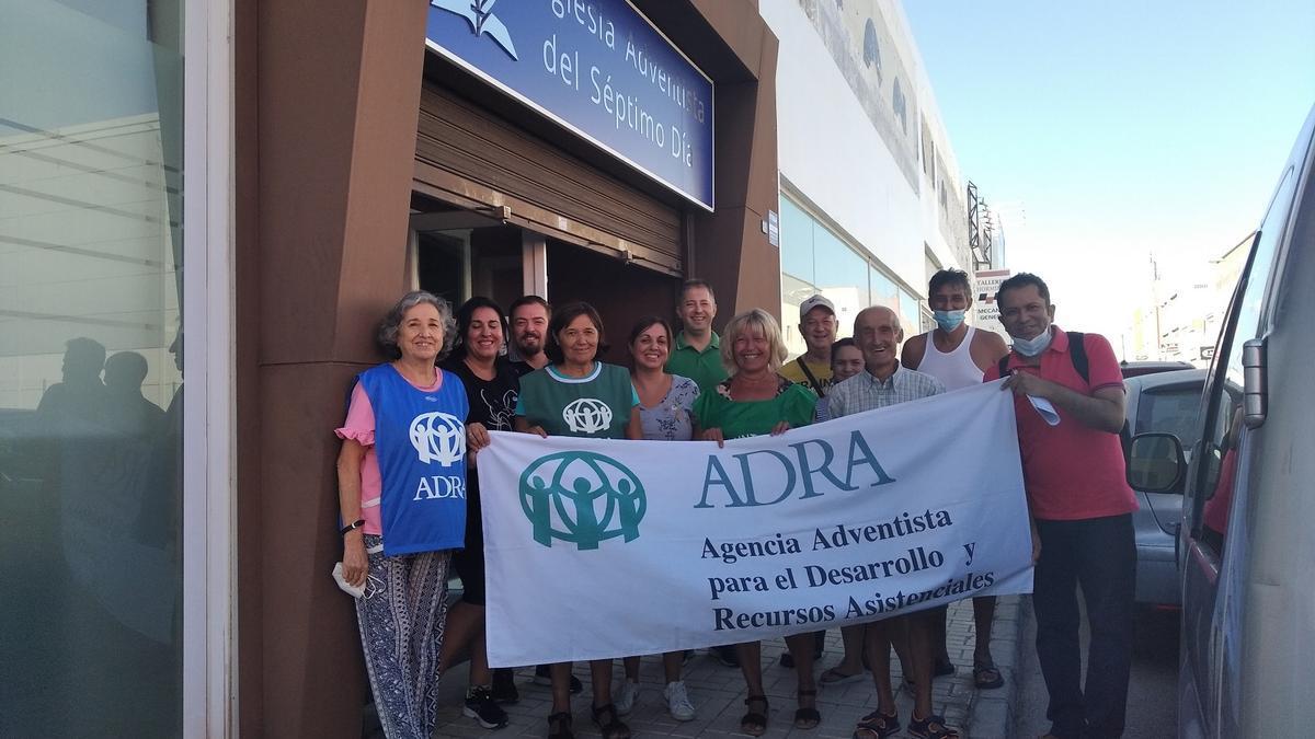 Voluntarios de la ONG adventista, a la entrada de su sede, en calle Licurgo