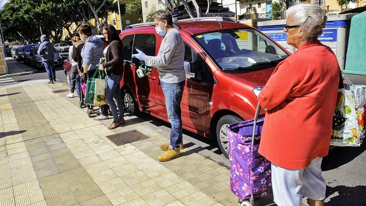 Reparto de alimentos en el barrio de García Escámez de Santa Cruz de Tenerife. | | DELIA PADRÓN