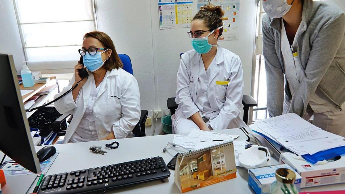 Varias facultativas atienden por teléfono a un paciente en un centro de salud de Murcia.