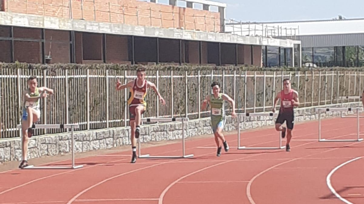 Rubén Revuelta, en plena acción durante los 300 metros vallas