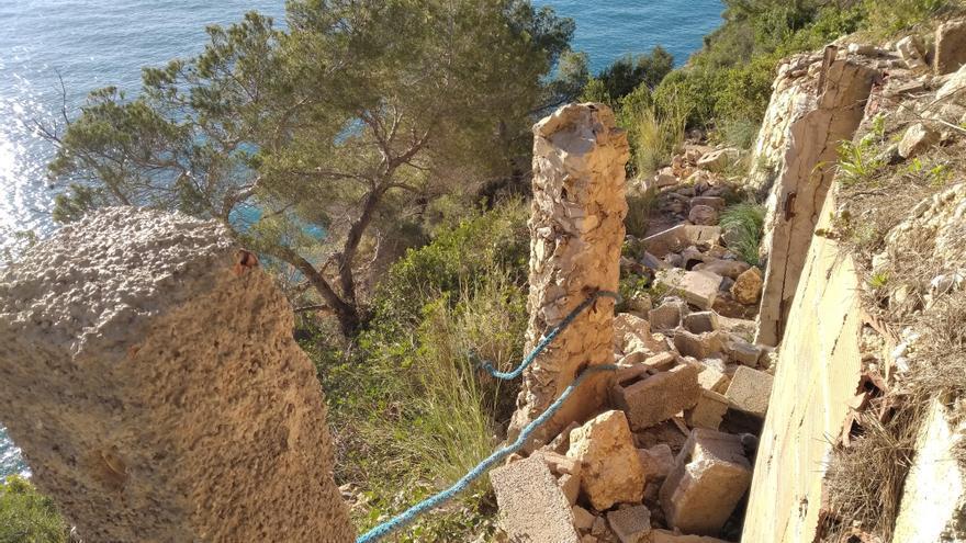 """El IROX denuncia el """"atentado"""" de los vertidos de escombros en una senda litoral protegida de Xàbia"""