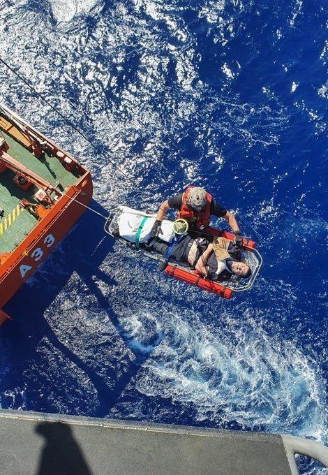 Así rescatan a un marinero en apuros en Canarias