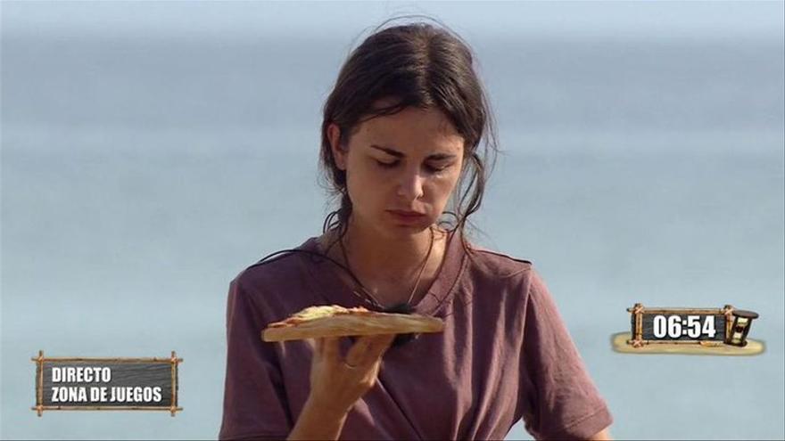 Lo nunca visto en 'Supervivientes': obligan a Alexia Rivas a comer una pizza ante su preocupante estado de salud