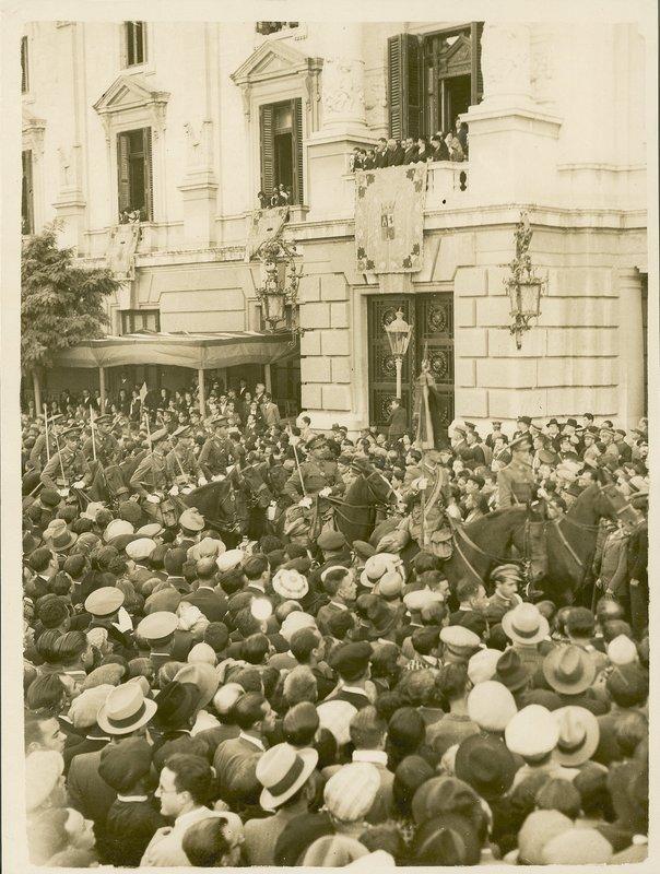 13 Desfile por el balc�n del ayuntamiento (a�n no exist�a el actual) con las autoriades.jpg