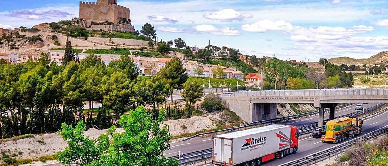 El puente de Petrer sobre la autovía de Madrid desde el que la mujer realiza su particular homenaje.