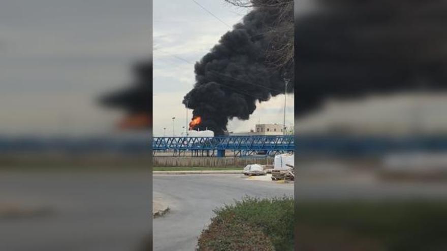 Un incendio en la depuradora de Pinedo provoca una gran columna de humo negro