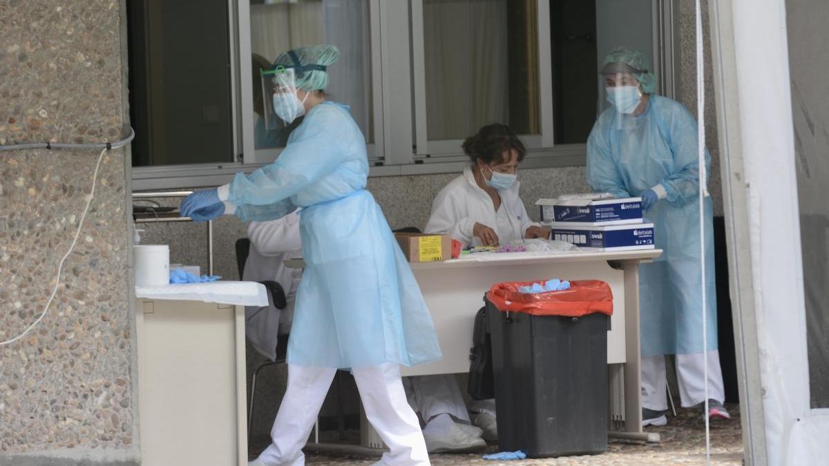 Personal sanitario realizando pruebas Covid-Auto en el Hospital Provincial de Pontevedra / Rafa Vázquez