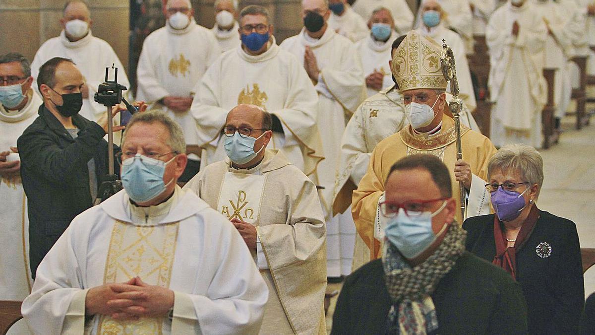 Francisco Prieto (centro) junto al obispo de Ourense en la misa celebrada ayer en la catedral.     // IÑAKI OSORIO