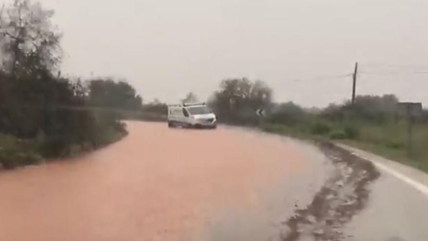 Una decena de coches, atrapados por las inundaciones de Cas Concos