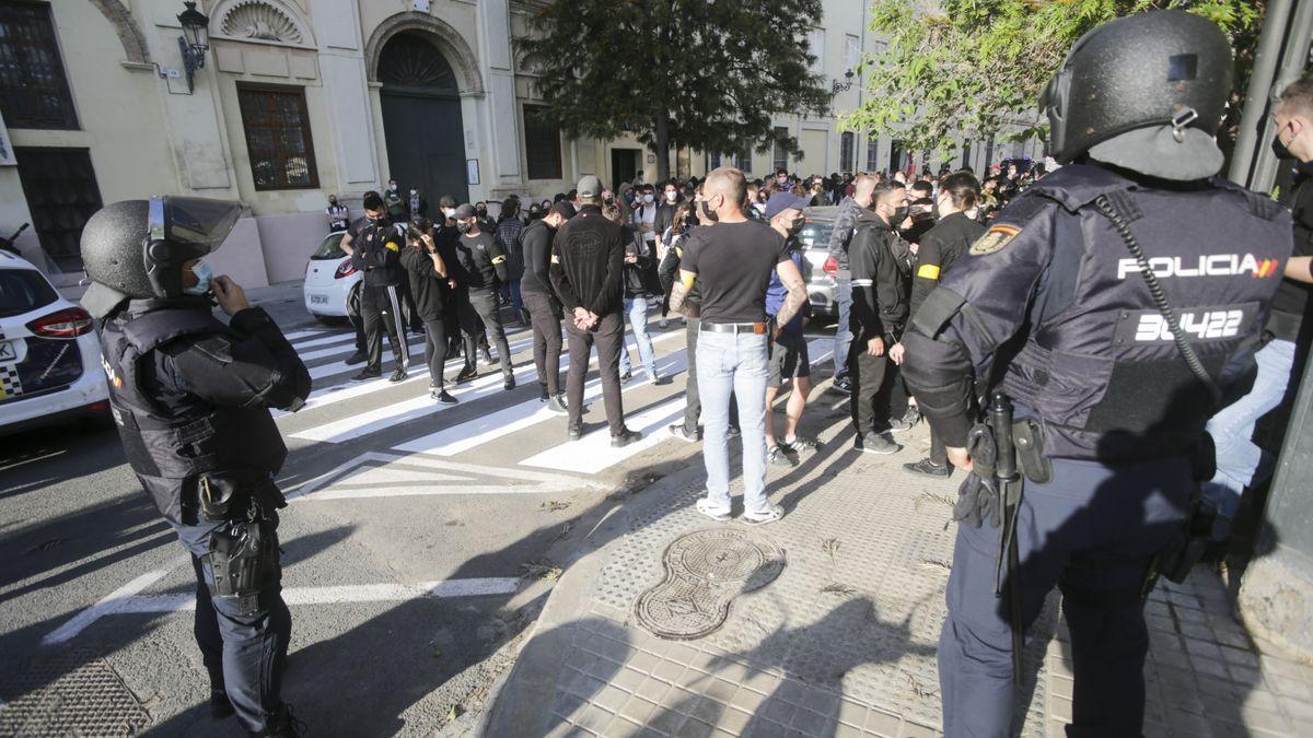 Agentes de policía antes de la manifestación ultra del pasado sábado.