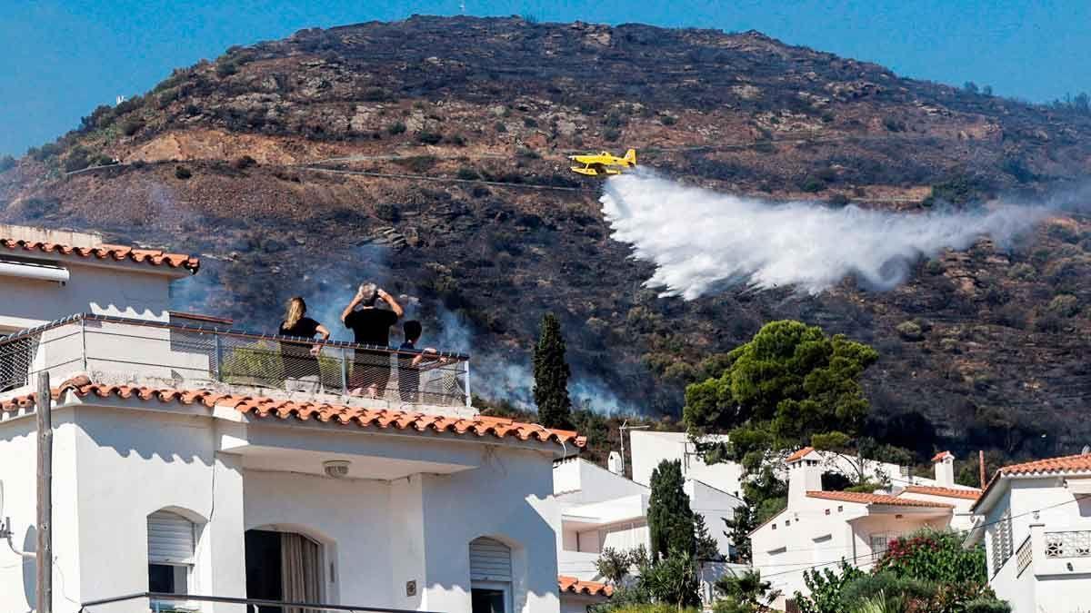 MItjans aeris durant l'extinció de l'incendi.