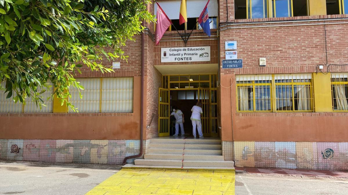 Un colegio de Torre Pacheco, donde se ha reforzado la limpieza de superficies de contacto frecuentes. l. o.