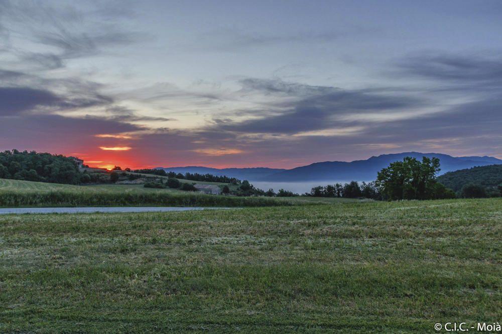 Albada. Bonica fotografia, enviada per un lector, de la sortida del sol d'aquest divendres passat al Moianès. Com podem observar, el sol treia el cap per darrere de les muntanyes i deixava el cel amb un to lilós.