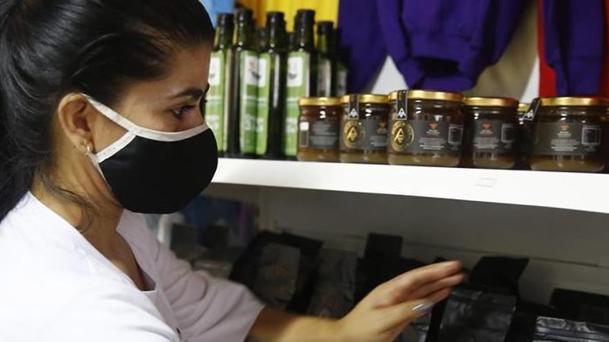 Abren en Medellín el primer mercado de mujeres excombatientes de las FARC