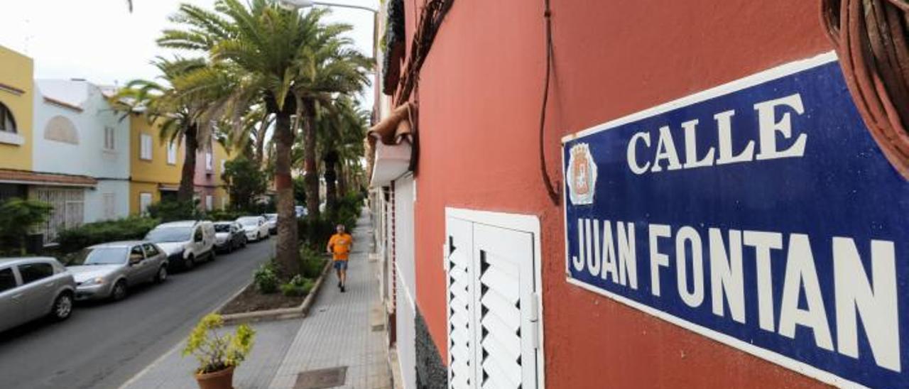 Vereda en la calle Juan Fontán, en el barrio de Schamann, ayer. |
