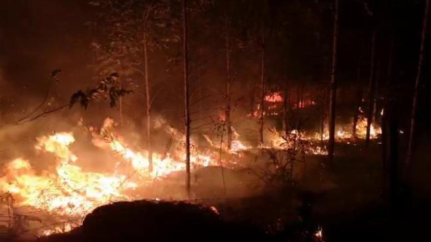 El interior de la comarca de Pontevedra vive una noche intensa de incendios