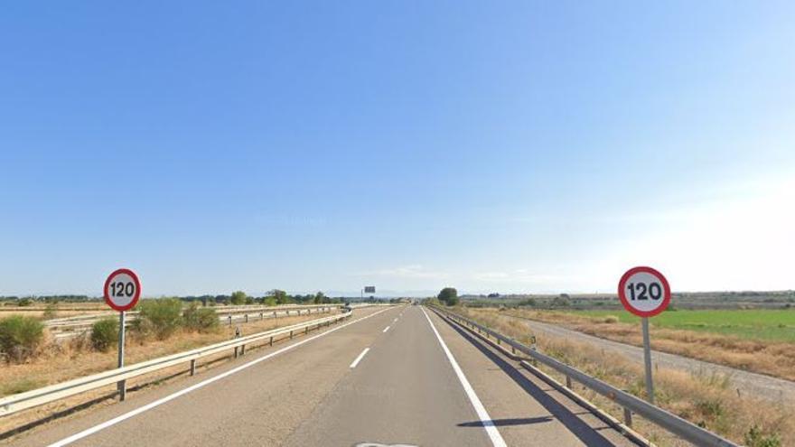 Herida leve la conductora de un turismo al salirse de la vía en la A-23, en Zuera