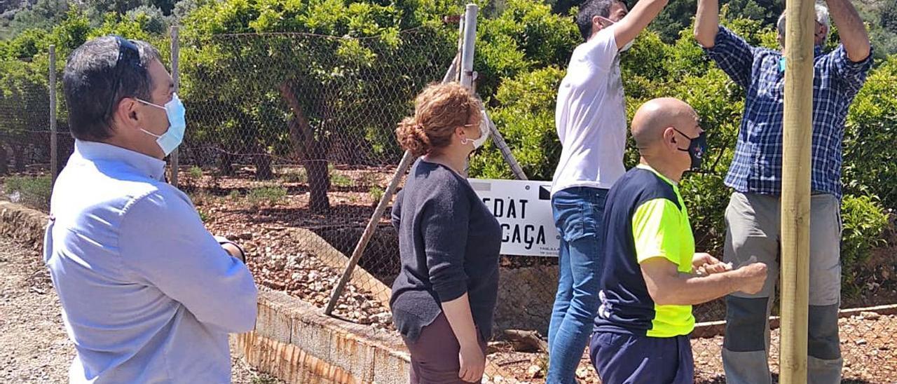 Colocación de la señalización de la senda en homenaje a Ester Talens.   LEVANTE-EMV