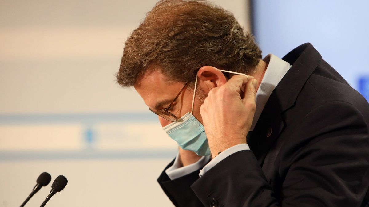 Feijóo se dispone a quitarse la mascarilla para comparecer ante los medios tras un Consello da Xunta.