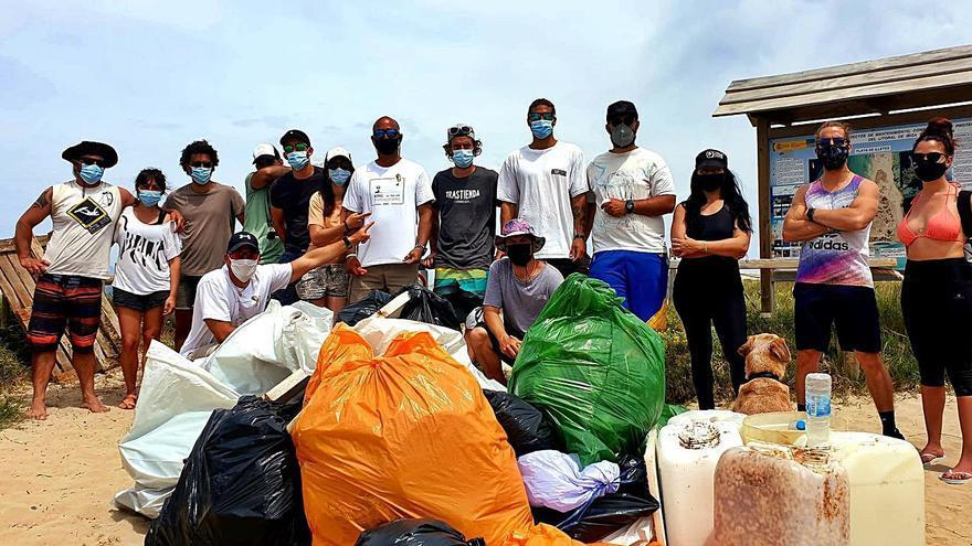 Los 'kitesurfistas' limpian Formentera