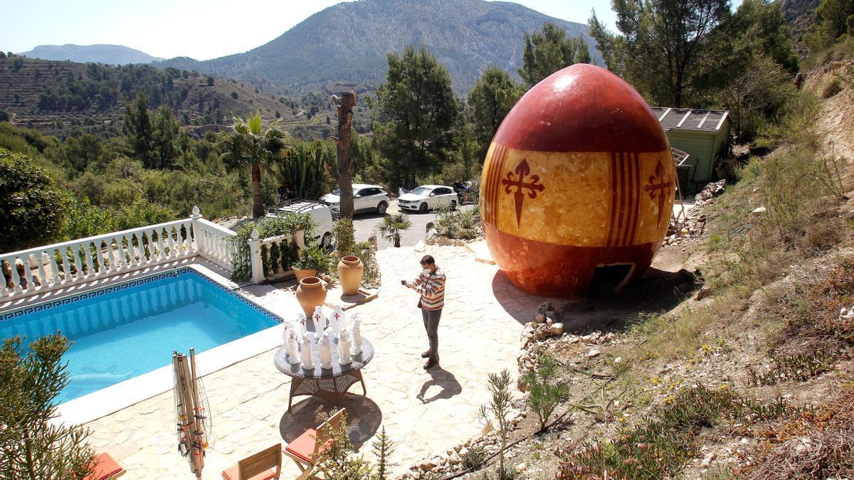 Un escultor belga de Orxeta ultima un gran huevo de 5,4 metros