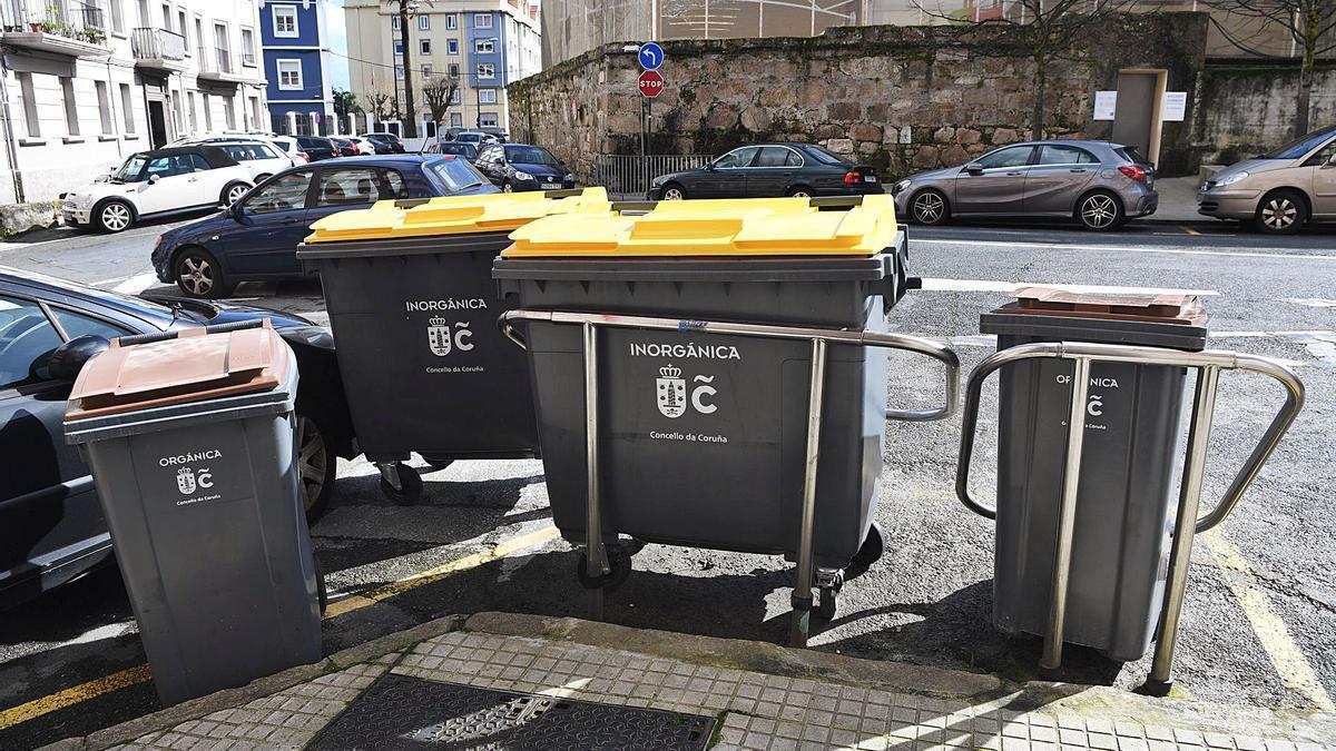 Nuevos contenedores de la basura instalados por la concesionaria de su suministro y mantenimiento. |   // CARLOS PARDELLAS