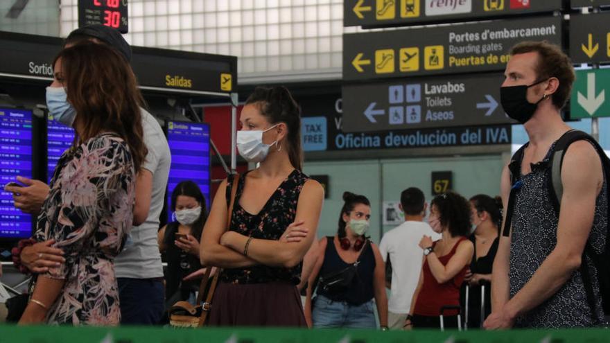 Més d'una desena de països europeus imposen restriccions o recomanen no viatjar a Catalunya pels rebrots