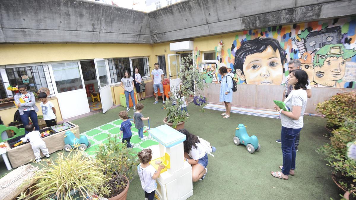 Alumnos y padres en la escuela infantil municipal de Monte Alto