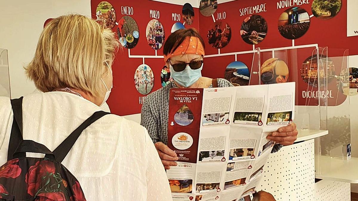 Dos turistas francesas estrenaron ayer la nueva sede de la Oficina de Información Turística de La Orotava. .