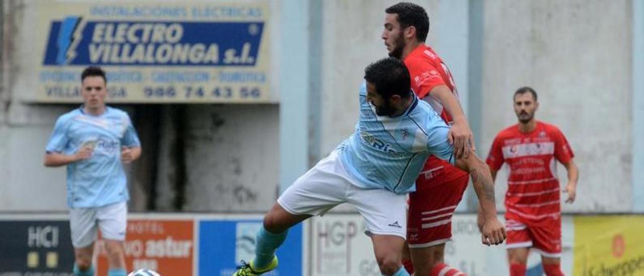 Anxo Vilas presiona a un futbolista contrario durante su etapa en el Atios.    // NOÉ PARGA