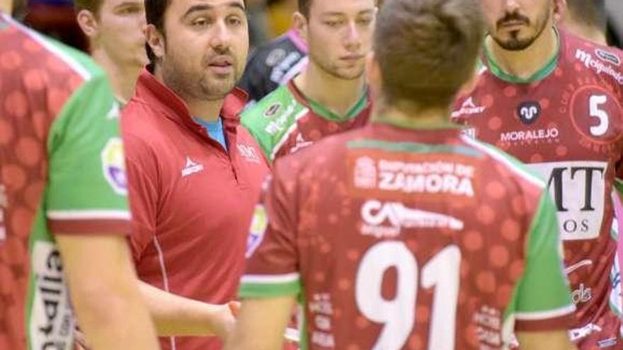 Leo Alvarez, con sus jugadores, en un tiempo muerto.