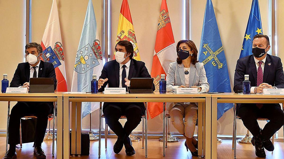 La conselleira de Medio Ambiente con sus homólogos en Asturias, Castilla y León y Cantabria.     // J. CASARES