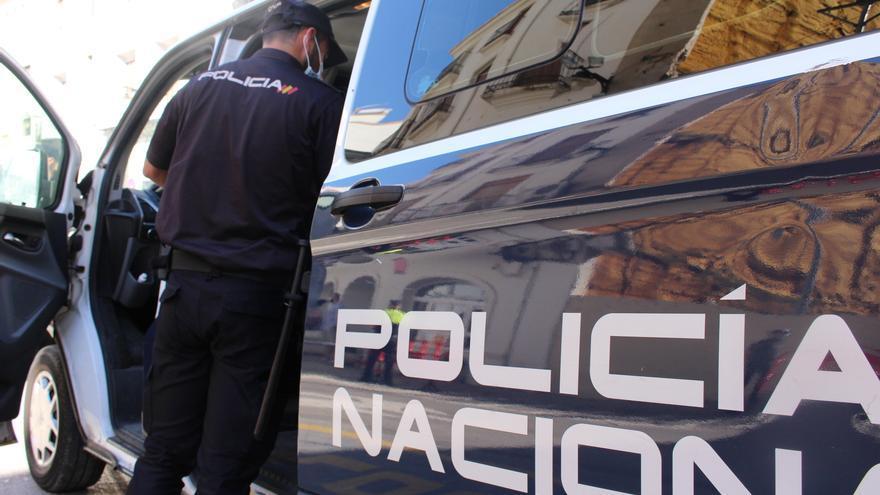 Amenaza con una pistola simulada a los clientes de un bar en València