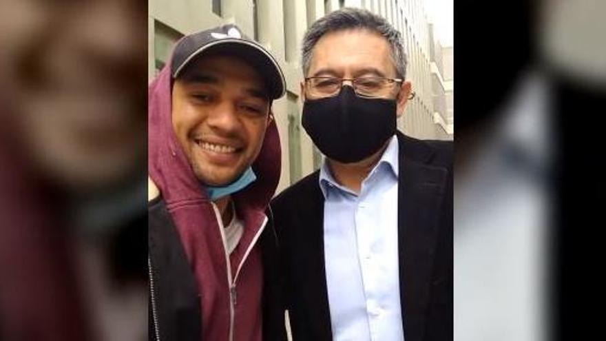 Un detingut que ha coincidit als jutjats amb Bartomeu es fa un 'selfie' amb ell