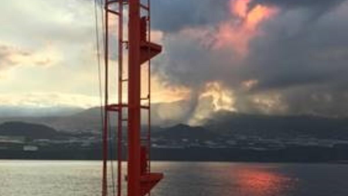 El volcán de La Palma en erupción visto desde el mar.