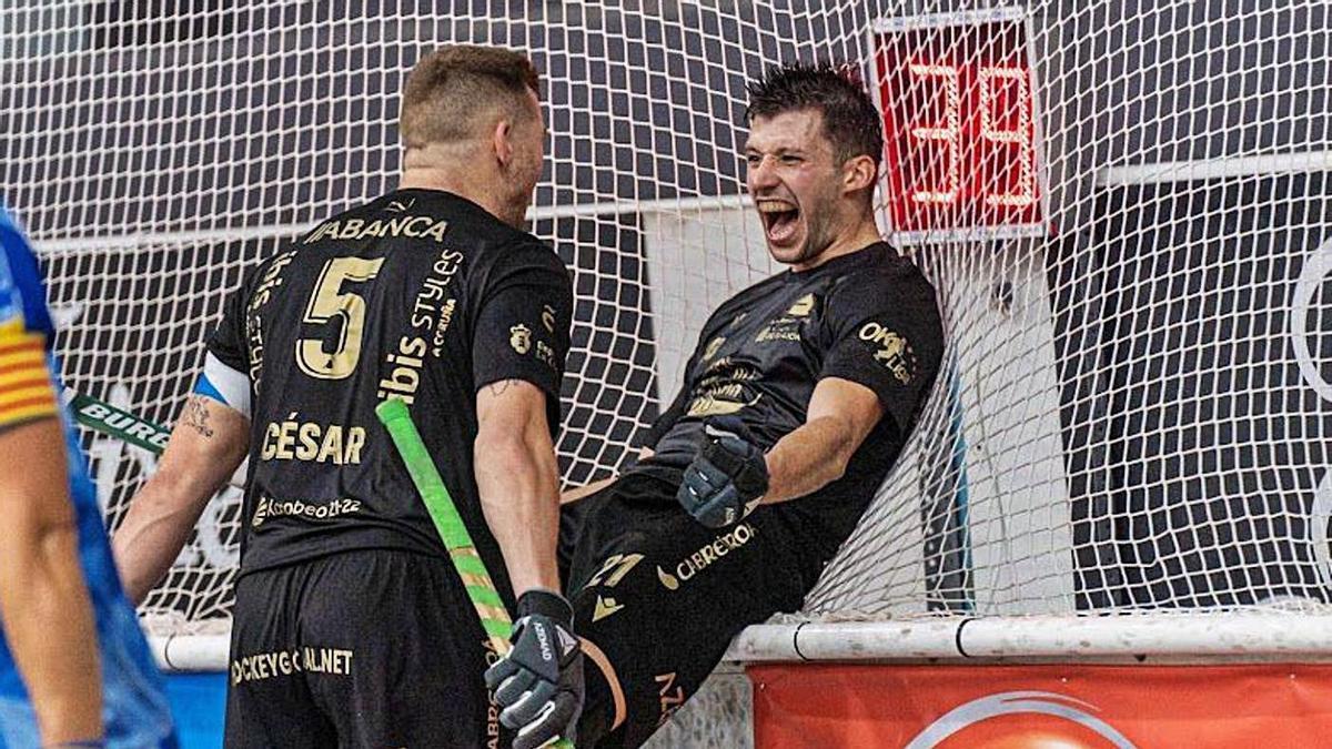 César Carballeira felicita a Jordi Burgaya por su gol, el penúltimo de los cinco del Liceo al Caldes. |  // L.O.