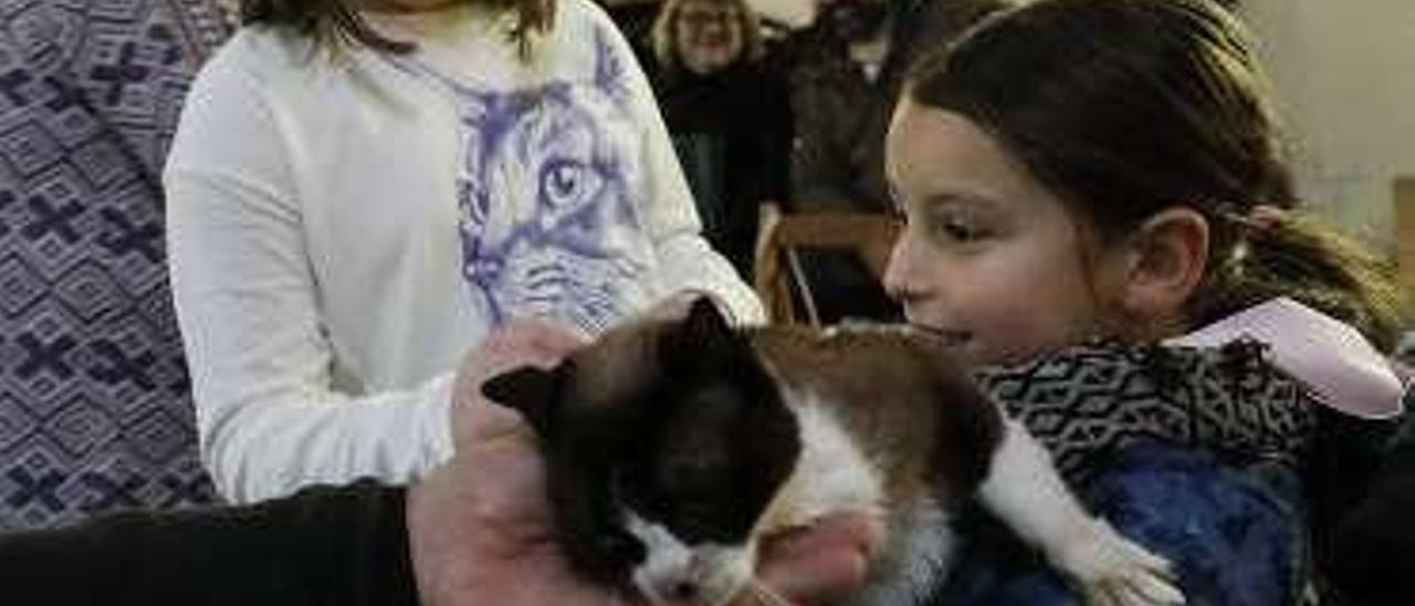 """Inés Fernández y Carla Escudero, con el gato """"Miki""""."""